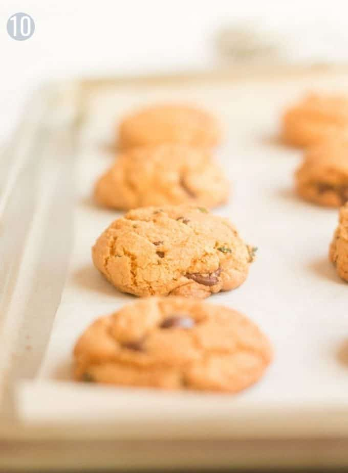 A baking sheet with cookies on it