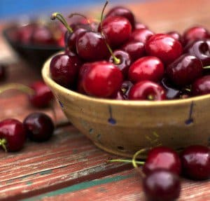 A bowl of bing cherries