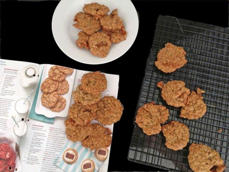 Some cookies on a cooling rack and on a plate.