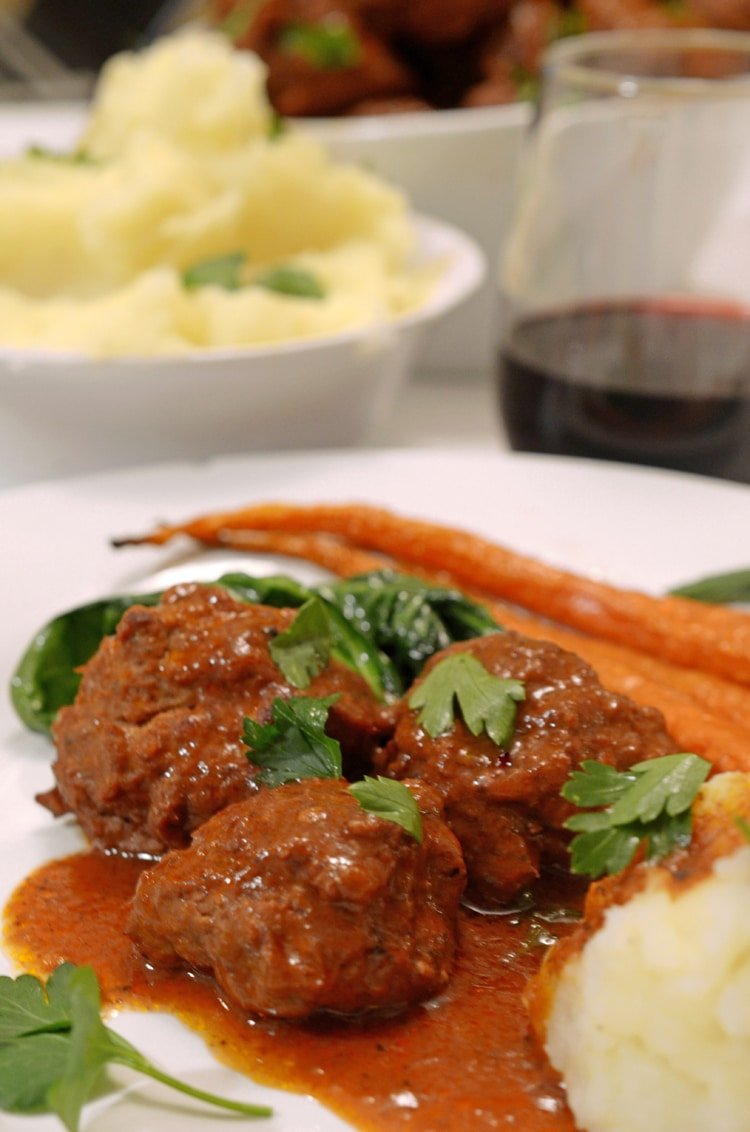Platr of meatballs with carrots and pottoes.