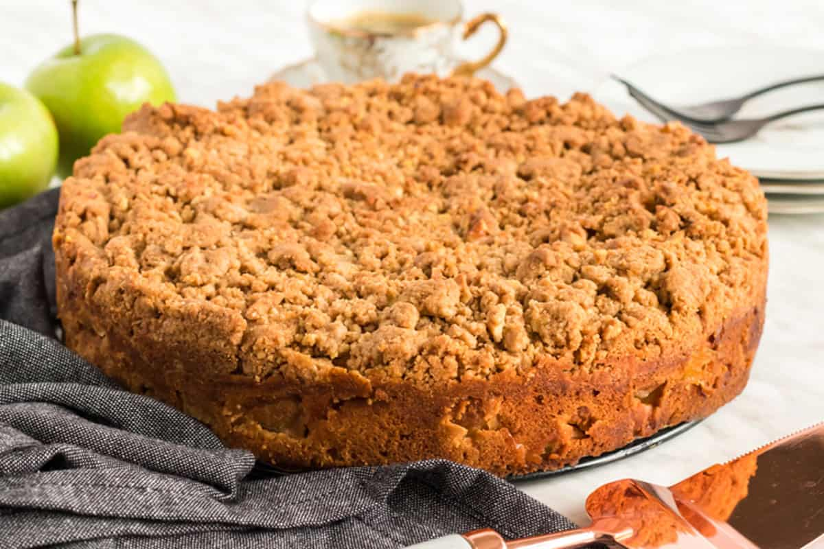 An apple buckle covered in streusel