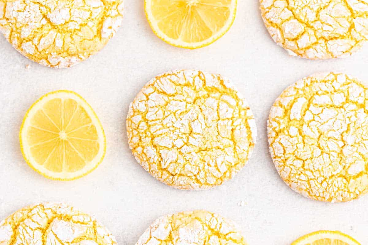 A bunch of lemon cookies with lemon slices.